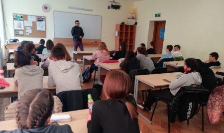 Юристът Николай Николов се срещна с осмокласници по повод Деня на Българската конституция